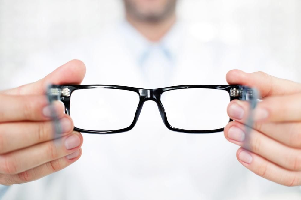 Contacts Lens vs Traditional Glasses