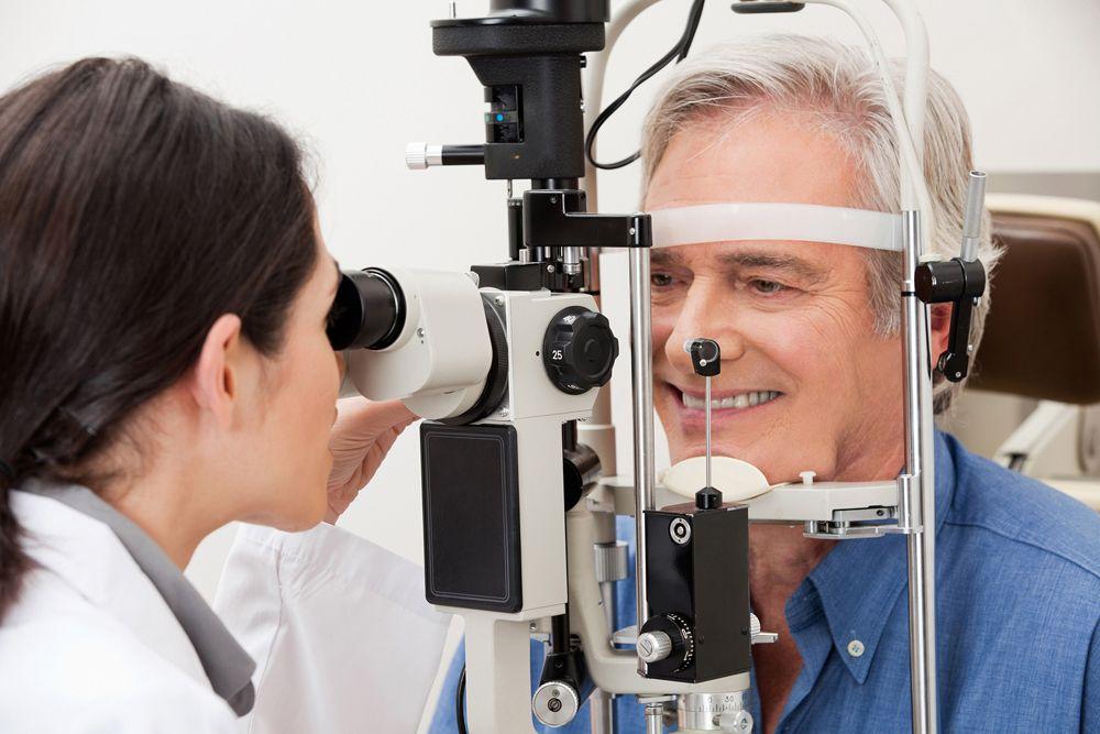 man in macular degeneration exam