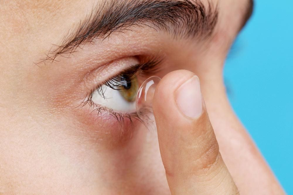WHAT TO EXPECT DURING A CONTACT LENS FITTING